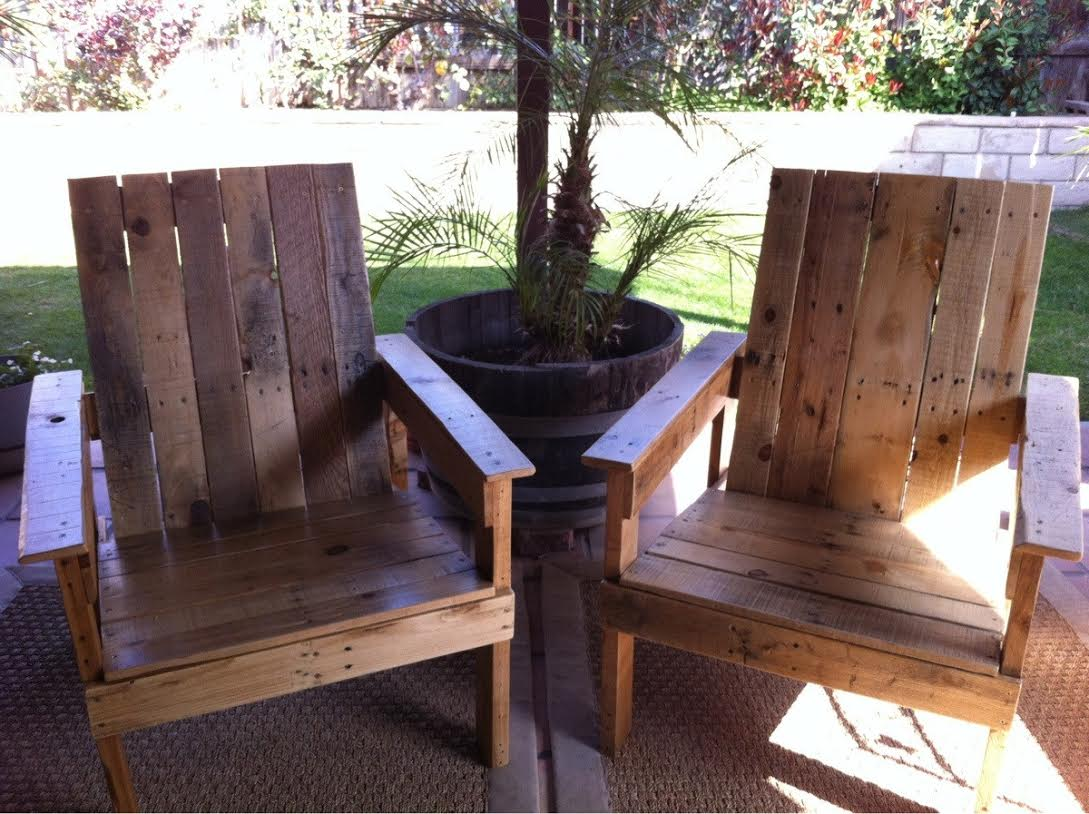 Backyard deck diy pallet chairs craft o maniac for Homemade pallet furniture