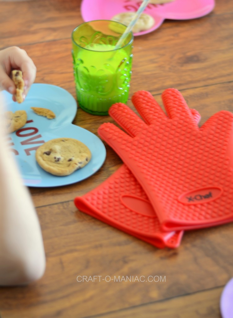 silcone oven gloves with cookies
